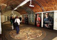 Metrô em Londres é transformado em salão de festas de O Grande Gatsby.