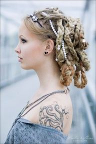 hairstyles married Viking women would not wear their hair loose; free hair in girls was a sign of a maiden; long hair symbolized freedom while slaves/thralls kept short