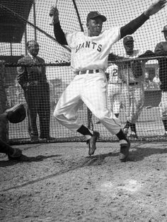 Giants Baseball Player Willie Mays Playing Pepper at Phoenix Training Camp People Premium Photographic Print - 46 x 61 cm Basketball Tricks, Basketball Goals, Basketball Legends, Basketball Hoop, Basketball Birthday, Baseball Scoreboard, Giants Baseball, Baseball Players, Pro Baseball
