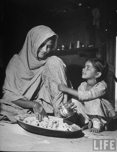 'Woman preparing chapatis with her daughter - Thaal, India' by Margaret Bourke-White, 1946 / sheisfromindia Punjabi Culture, India Culture, History Of India, Asian History, Indian Photoshoot, Vintage India, Indian Heritage, Bilal, Life Magazine