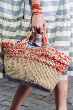 Daniela Gregis Spring 2018 Runway Pictures Daniela Gregis at Milan Fashion Week cloth and rope crocheted bag Spring 2018 – Details Runway Photos Crochet Purse Patterns, Crochet Tote, Crochet Handbags, Crochet Purses, Diy Sac, Crochet Shell Stitch, Net Bag, Bags 2018, Boho Bags