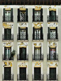 Fachada en la calle Princesa decorada por el ilustrador madrileño Mingote. Madrid.
