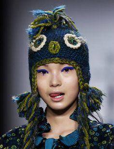 Anna Sui often includes crochet headwear for her fashion shows. This is what Fall 2012 looks like. Funky Hats, Crazy Hats, Wooly Hats, Knitted Hats, Freeform Crochet, Crochet Motif, Crochet Baby, Knit Crochet, Animal Hats