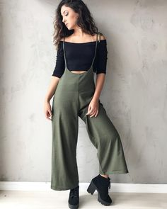 Salopete Linho Verde Militar + Cropped Ombro a Ombro Retro Outfits, Office Outfits, Chic Outfits, Vintage Outfits, Summer Outfits, Girl Outfits, Fashion Outfits, Fashion Trends, Looks Party