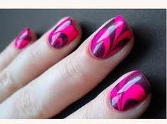 Usa la técnica de #manicura al agua para conseguir un look diferente en tus #uñas. #nailsart