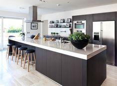Modern kookeiland in combinatie met een strakke kastenwand. Alles als geheel qua sfeer, uitstraling en materialiteit #kookeiland #design #modern