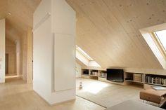 Un mobile libreria che sfrutta la parte bassa del tetto #mansarda #arredamento #decor #attic #living