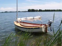 Houdini by John Welsford (LOA: m). Serious, a sailing dinghy with space to sleep two or daysail four. Specs, plans, building logs, photo and video gallery. Sailing Dinghy, Sailing Boat, Jack Rabbit, Lake Superior, Wooden Boats, How To Run Faster, Great Lakes, Cruise, Sleep