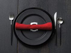Vampire-fang napkin holders: pure (evil) genius. #DIY #halloween