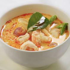 Tom Yum er en af de mest kendte thai supper. Men pas på - den lige så stærk som den er god. I Thailand giver Tom Yum turisterne en fantastisk oplevelse af thaimad. Det brænder i munden, men på den gode måde som samtidig bringer et smil frem. De fleste kender... #champignons #cherrytomater #chili