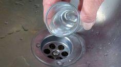 Pflege deinen Abfluss regelmäßig - 2 Liter kochendes Wasser - 1 Päckchen Backpulver, 1 Spritzer Geschirrreiniger und 1/2 L kochendes Wasser.
