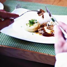 Hauptgang im Alpenländischen Restaurant Tschebull: köstlicher Braten und hausgemachte Klöße | creme hamburg