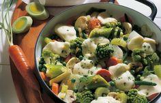 Italienische Gemüsepfanne - 10 kalorienarme Rezepte mit maximal 500 kcal - Zutaten für 4 Portionen: - 1000 g frisches Gemüse wie z.B. Romanesco, Porree, Möhren, Staudensellerie, Erbsen, Bohnen, Champignons oder 750 g fertige Sommergemüse-Mischung...