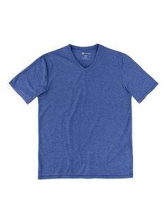 Camiseta masculina básica slim em malha molinê na cor azul em tamanho P. Camisetas básicas são únicas em nossos guarda-roupas, não é mesmo? Essa camiseta masculina com modelagem slim, mais ajustada ao corpo, é confeccionada em malha molinê. Super confortável, essa peça possui decote em v, mangas curtas e barra reta. Ideal para compor looks descomplicados para o dia a dia.