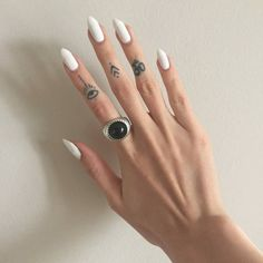 Tres diferentes pequeños tatuajes en los dedos de Lucrezia. Los primeros dos son símbolos sin ningún significado especial,…