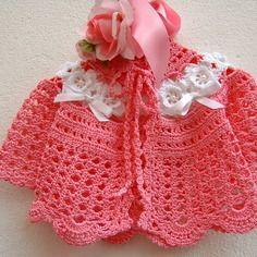 Mini cardigan per bebè eseguito a mano all'uncinetto in cotone rosa con le rose d'irlanda bianche