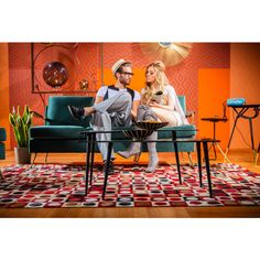 Una alfombra colorida le dará un toque divertido al living de tu casa.