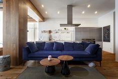 Синий диван в дизайне гостиной комнаты квартиры
