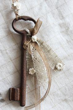 Grande clé ancienne décorative porte-bonheur, bijou de porte romantique, ou simplement à poser sur un meuble. Un délicat ruban d'organza marron chocolat s'associe à un morcea - 9254699