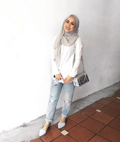 Hey it me (≧∇≦) Wearing hijab from @fadzaraa, top from @dorothyperkins, jeans from @cottonon, shoes from @charleskeithofficial, bag from @dior