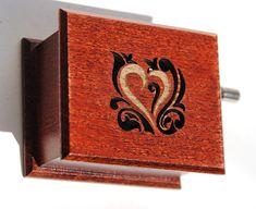 Romantisches Geschenk Spieluhr aus Holz (Amelie Soundtrack Film Paris Kino Theater Film Herz Blume Foto Akkordeon Frankreich Französisch). Ich baue die Spieluhr (eine Hand betriebene Instrument, das eine kurze Melodie zu spielen) in einer Holzkiste, verziert mit Motiven, die mit