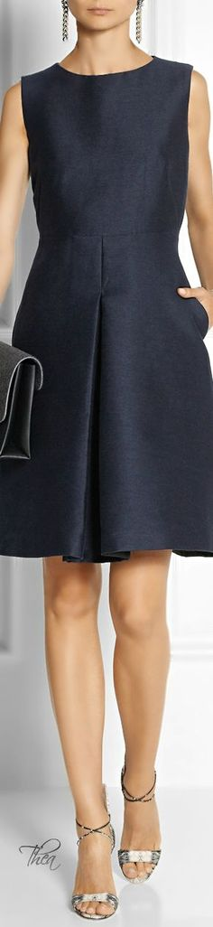 Burberry London ● Structured Dress Emlékszel, mást értettünk minimál stíluson. Én azt értem, amiket behoztam ide neked. Minimal - business.