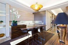 Design küche mit kochinsel schrank-grifflos bartheke-holz maserung-art-deco