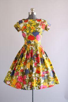 Deze jaren 1950 katoenen jurk beschikt over een prachtige aquarel bloemenprint in blauwtinten olijf groen, roze, rood, maagdenpalm blauw, geel en oranje. Vierkante hals. Korte mouwen. Gesmoord taille. Volledige geplooide rok. Open rug. Metalen rits op de rug. Het bovenlijfje wordt bekleed. Zeer goede vintage staat. Houd er rekening mee: petticoat gedragen onder rok voor toegevoegd volheid. Dit stuk is schoongemaakt en is klaar om te dragen!  Label n/b Katoen stof Geschatte omvang S Label…