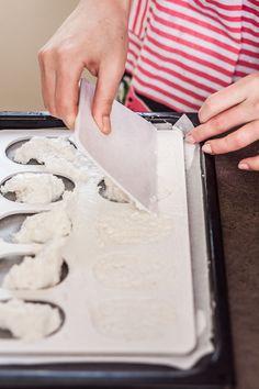 """Laskonky. Pro někoho přeslazený dortík, pro jiné symbol nedělních návštěv cukrárny a neodolatelná kombinace křupavé sněhové skořápky s lahodnou karamelovou náplní. A jak tento """"oříšek"""" vidíte vy? Coconut Flakes, Plastic Cutting Board, Spices, Cookies, Food, Science, Nature, Crack Crackers, Spice"""
