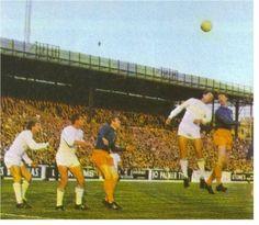 7 de agosto de 1968, Jackie Chalton y Mick Jones se baten ante la defensa del Ferencvaros en el partido de ida de la Copa de Ferias que acabaria ganando el club ingles.