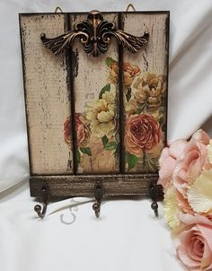 Decoupage Vintage, Napkin Decoupage, Decoupage Art, Wooden Crafts, Diy And Crafts, Pallet Wall Decor, Decorative Wall Hooks, Embroidery Hoop Crafts, Antique Frames