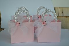 Pink w/rose Party favor bags w/ beaded handles Color optional, Diy Abschnitt, Bridal Shower Cupcakes, Baby Shower Centerpieces, Baby Shower Decorations, Pink Party Favors, Party Favor Bags, Favor Boxes, Decorated Gift Bags, Baby Shower Souvenirs, Ballerina Birthday Parties