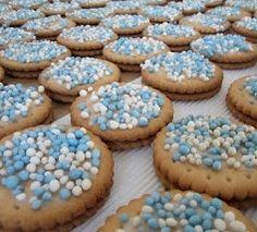geboorte trakatie jongen zelf maken. Gebruik dubbeldekkers (koeken), smeer er een dun laagje glazuur op en strooi er blauwe (of roze) muisjes op. #geboortetrakatie #trakteren #traktatie