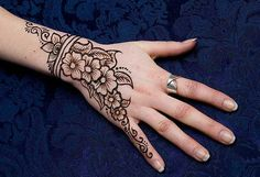 The henna is used to decorate the hand. The hand with henna and mehndi look beautiful and gorgeous. Here is a collection of hand with henna,mehndi and henna,henna patterns designs,henna patterns,designs henna. Henna Hand Designs, Eid Mehndi Designs, Beginner Henna Designs, Mehndi Design Images, Mehndi Patterns, Latest Mehndi Designs, Simple Mehndi Designs, Henna Tattoo Designs, Easy Designs