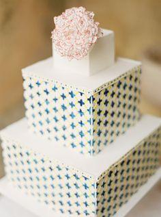 #boloscasamento #weddingcakes #portuguesetile #azulejo #bolo #cake Hand painted wedding cake | Branco Prata Photography | http://burnettsboards.com/2014/01/inspired-portuguese-tiles/