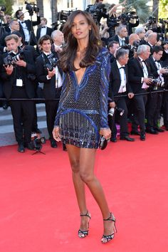 Liya Kebede en Roberto Cavalli et sandales Jimmy Choo http://www.vogue.fr/sorties/on-y-etait/diaporama/la-montee-des-marches-du-film-mr-turner/18758/image/1000713