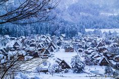 Shirakawa-go, uno de los pueblos que ver antes de morir. La aldea histórica de Shirakawa-go, situada en los Alpes Japoneses, es famosa por sus casas típicas de tejados de paja muy inclinados para soportar la nieve.