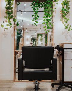 Home Beauty Salon, Home Hair Salons, Hair Salon Interior, Beauty Salon Decor, Salon Interior Design, Beauty Salon Design, Home Salon, Small Beauty Salon Ideas, Small Salon Designs