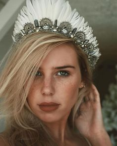 25 a unique metallic bridal tiara with white feathers is amazing for a woodland or boho bride - Weddingomania Feather Crown, Feather Headpiece, Headdress, Fascinator, Bridal Tiara, Bridal Headpieces, Goa Festival, Diy Crown, Mermaid Crown