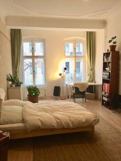Helles WG-Zimmer mit großen Fenstern. #WG #Einrichtung #Schlafzimmer #bedroom