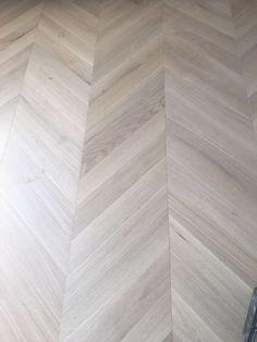 Colocación de parquet punta hungría, escaleras de interior y tarima de madera de roble en casa particular en Terrassa por parte de Park House Studio. #suelo #parquet #maderanatural #puntahungria #escaleras #home #decor #interiordesign #oak #sueloroble #roble #parkhousestudio