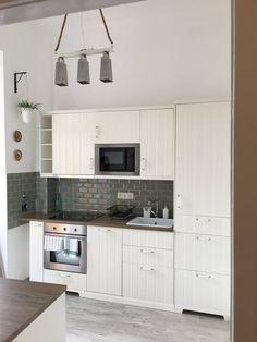 Kis konyha. Fehér bútor, sötét munka pult. Konyhai csillár! mókás, egyedi, DIY