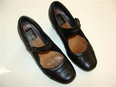 Beautiful pair of shoes/loafers    From: Clarks    Size: 7 M  Color:  Black