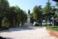 Nel piano del Monte, sul panoramico piazzale Roma oggi si trova il complesso del monumento di Raffaello che il torinese Luigi Bell. Image from globemy.com