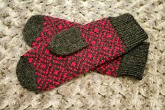 Finnish Invasion -mittens In dark gray and fuchsia