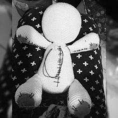 chiharu_amigeekrumi:: O dia todo trabalhando... Agora é só colocar os detalhes para terminar o terceiro Urso SweetHeart minha receita  #amigurumi #ursinhoSweetHeart #teddybear #crochettoy #blackandwhite #crochet #artesanato #feitoamao #handmade #urso #detalhes #costuras #love #cwb #amigurumicwb #curitiba #byChiharuSuh #boanoite