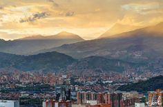 Esta es la hora mágica en Medellín... entre 5:00 y 6:00pm vemos algo inigualable, único y maravilloso, un atardecer con sabor a paisa, a empuje y armonía. Foto: Joel Duncan. — in Medellín, Antioquia.