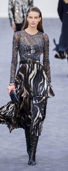 Roberto Cavalli at Milan Fashion Week Fall 2019 - Runway Photos Christopher Shannon, Fashion Over 50, Pink Fashion, Runway Fashion, Fashion Show, Womens Fashion, Fashion Fall, Cheap Fashion, Milan Fashion