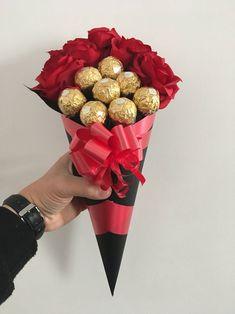 Raffaello Chocolate, Ferrero Chocolate, Chocolate Gifts, Ferrero Rocher Bouquet, Ferrero Rocher Chocolates, Diy Bouquet, Candy Bouquet, Chocolate Bouquet Diy, Rosen Box