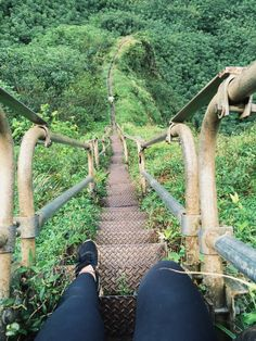 Hiking the Stairway to Heaven hike in Oahu, Hawaii!